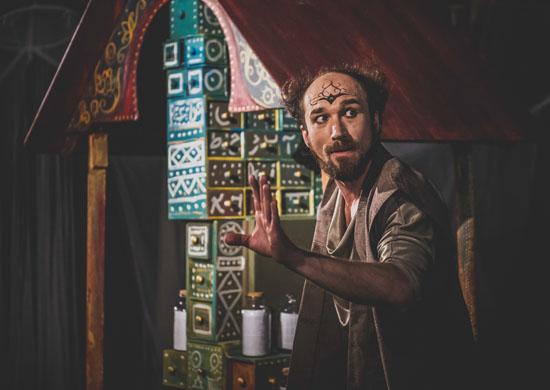 Jacek Klinke als Alef in Sheherazade von Theater Anu