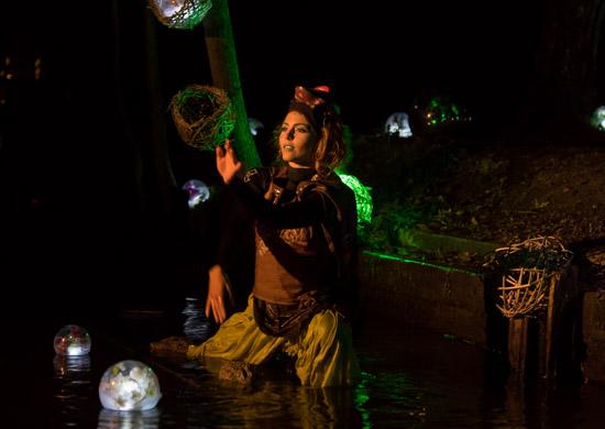 Lina Marie Rohde als Krötengöttin in Wassermythen von Theater Anu