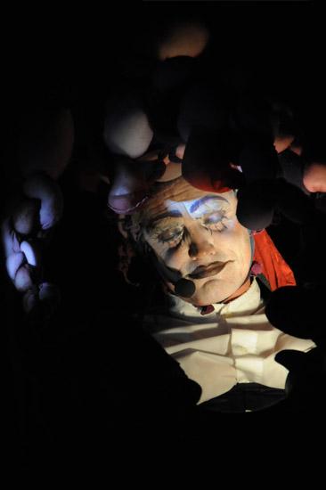 Martin Thoms als Narr in Die große Reise von Theater Anu